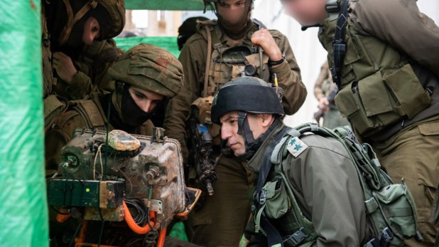 El momento en el que las tropas israelíes descubren un túnel (Twitter: @IDF)