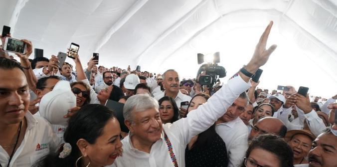 AMLO viaja con mínimas medidas de seguridad. (Foto: Presidencia de México)