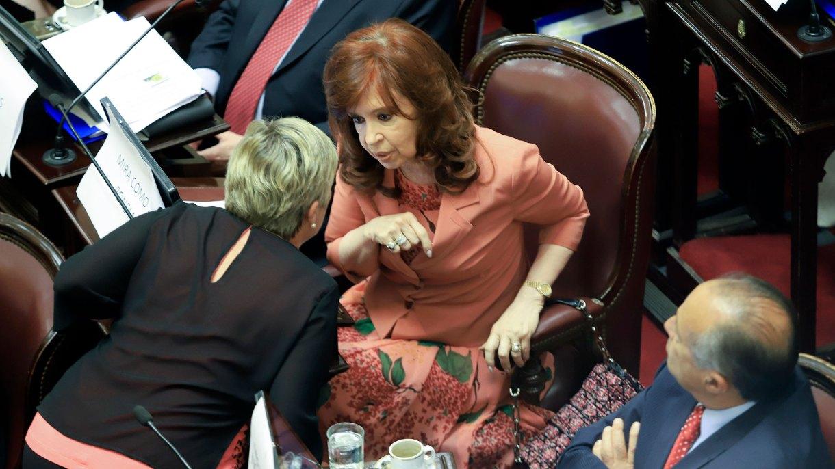 La ex presidenta Cristina Kirchner enla última sesión en el Senado. En noviembre, por primera vez desde que Macri gobierna las encuestas la dieron como ganadora en un eventual balotaje (Foto: NA)