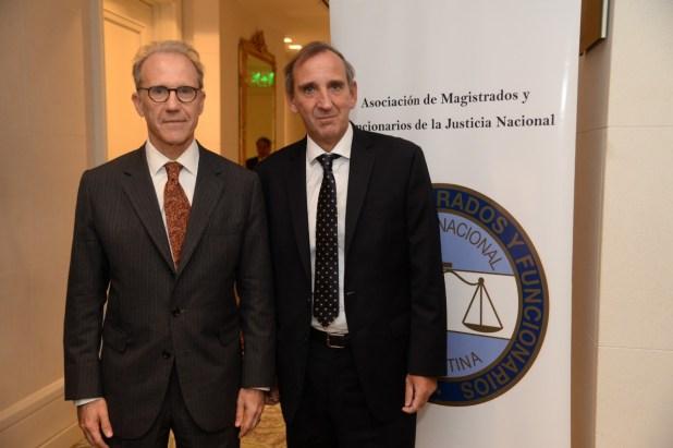 Carlos Rosenkrantz, presidente de la Corte Suprema, y Monclá en la cena de fin de año de los jueces