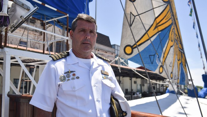 """El comandante del """"Capitán Miranda"""", capitán de navío Henry Ogando (Guillermo Llamos)"""