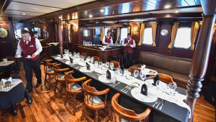 El elegante salón y comedor de los oficiales, que ha mantenido el lujo y el estilo original de 1930 (Guillermo Llamos)