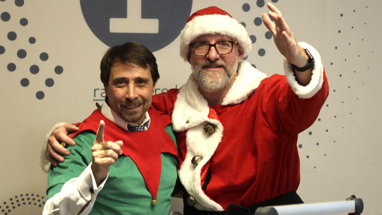 Luis Novaresio y Eduardo Feinmann se disfrazaron en el estudio de Radio La Red para celebrar de manera anticipada la navidad (Teleshow)