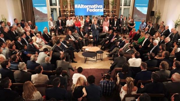 """""""Argentina está en un momento político muy interesante donde distintas facciones del peronismo pueden confluir en un frente común"""", comenta una comprometida Scarlett. """"Mi abuelo admiraba eso del peronismo: la capacidad que tienen de odiarse entre sí, pero igual armar equipo"""""""