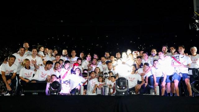 Más postales de los campeones. Esta vez, posando todos juntos arriba del escenario con la Copa Libertadores