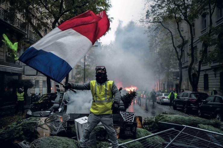 """Diciembre. Las protestas por el aumento del combustible y la calidad de vida llevadas adelante por los """"chalecos amarillos"""" le cambiaron la fisonomía a París. Como en un revival de las antiguas protestas que caracterizan su historia, coparon las calles de la capital francesa. El presidente Emmanuel Macron tuvo que salir a calmar los ánimos. ¿Cómo seguirá la historia en 2019?"""