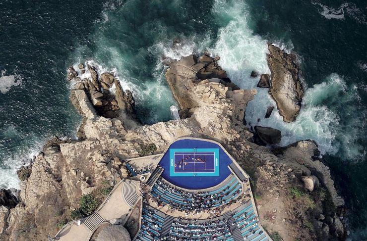 Febrero. Mientras estallaban las olas contra el acantilado de 45 metros de altura –en La Quebrada, uno de los lugares más hermosos de Acapulco–, el austríaco Dominic Thiem y el alemán Alexander Zverev no reparaban en el abismo. Estaban concentrados, jugando un match amistoso en el anfiteatro Sinfonía del Mar. El tenis, la excusa perfecta…