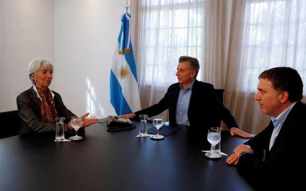 El presidente Macri, junto a la directora del FMI, Christine Lagarde, y el ministro Nicolás Dujovne