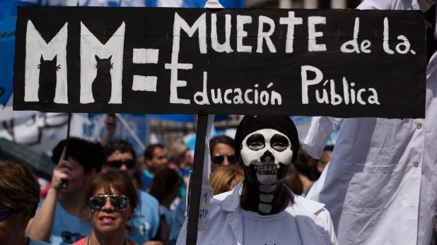 """Una docente disfrazada de esqueleto sostiene un cartel con la leyenda """"Muerte de la Educación Pública"""" durante una manifestación de docentes (Adrián Escandar)"""