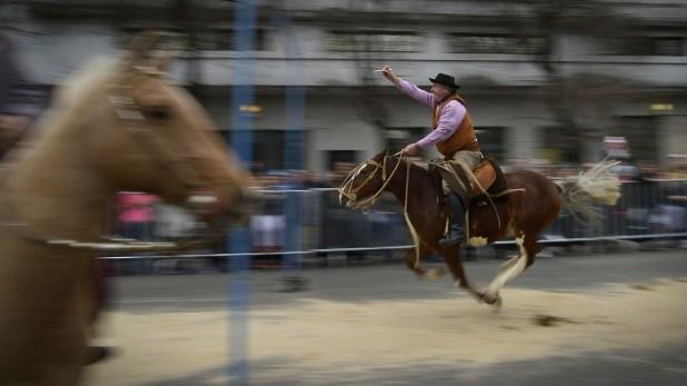 Tradicional carrera de sortija en la Feria de Mataderos (Gustavo Gavotti)