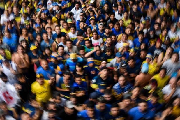 Una multitud de hinchas de Boca se agolpan y sufren en las calles del Barrio de La Boca, mientras se disputa el Superclásico ante River. Crédito: Manuel Cortina
