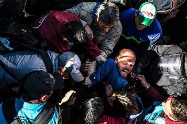 Un trabajador del subte es detenido durante un paro en la Línea H (Franco Fafasuli)