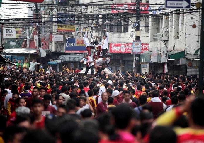Una peregrinación católica en Manila entroniza la imagen de un santo local