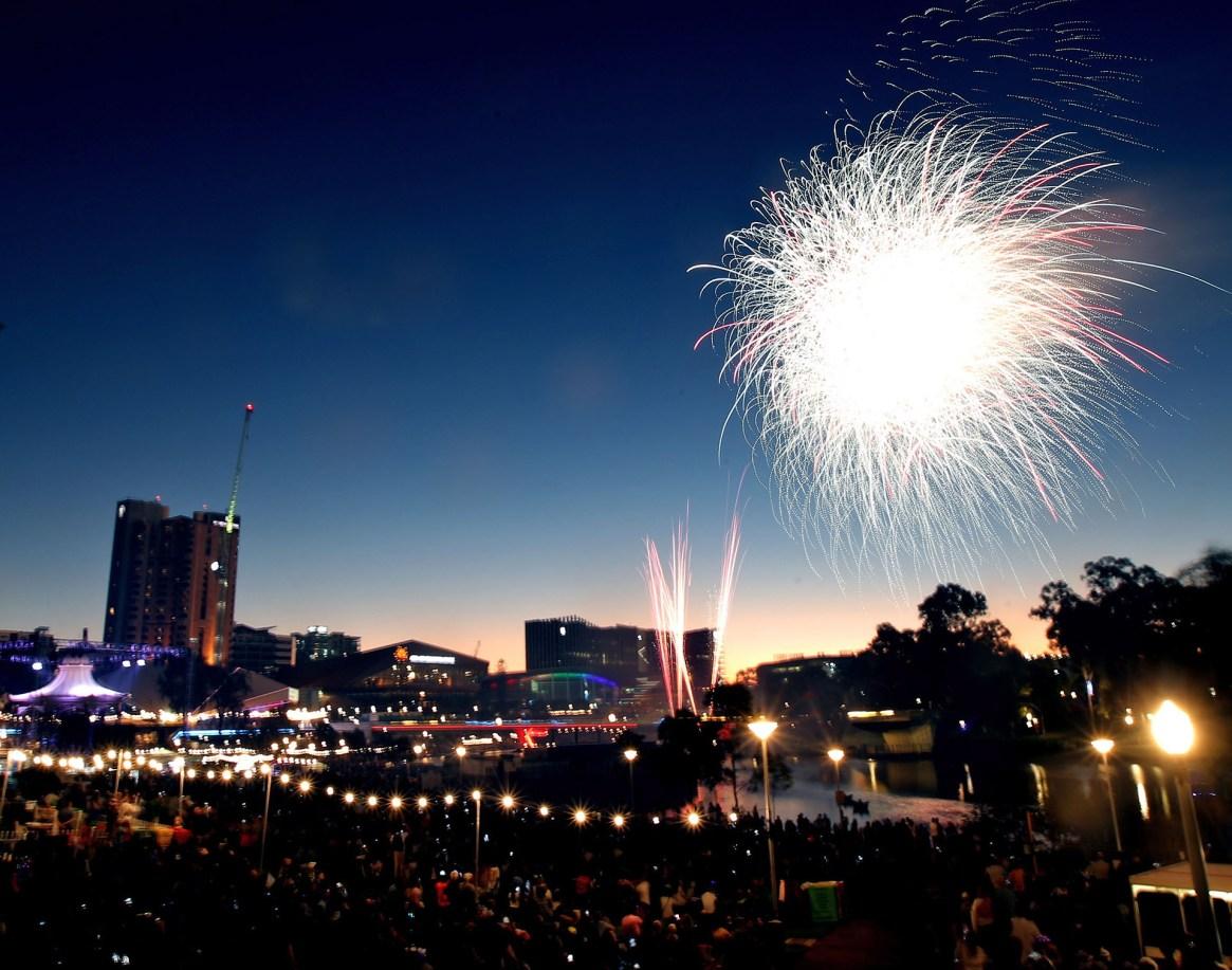 Los primeros fuegos artificiales se ven en el cielo sobre Elder Park durante las celebraciones de Año Nuevo en Adelaide, Australia del Sur
