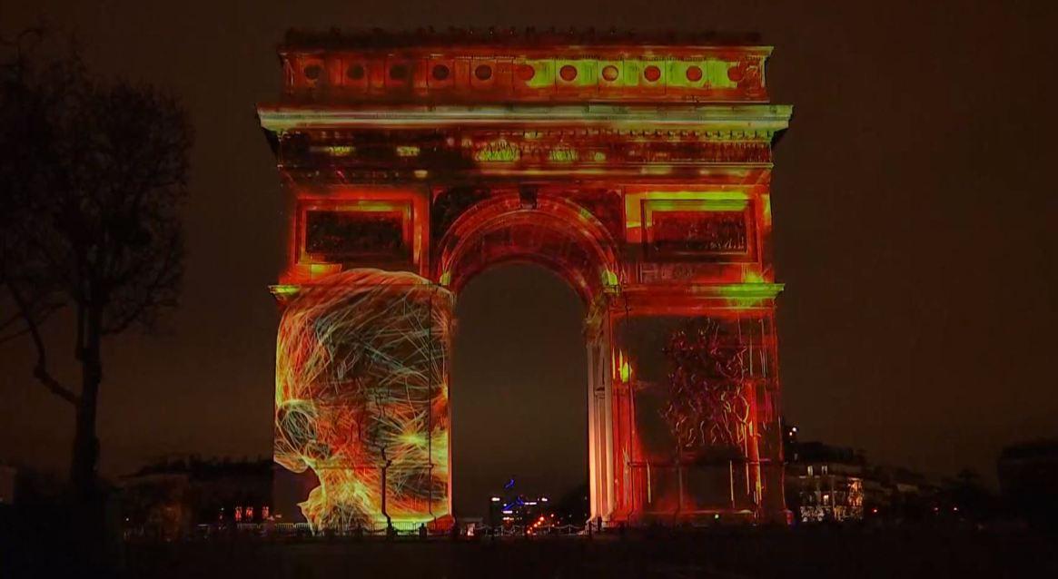 En París, Francia, los festejos giraron alrededor del Arco del Triunfo