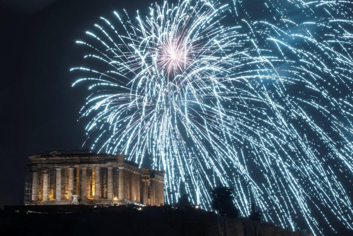 Fuegos artificiales sobre la Arcópolis de Atenas, en Grecia(Reuters)