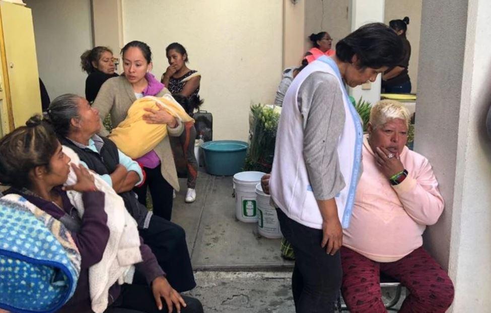 La abuela de los niños (a la derecha) fue consolada por vecinos de la colonia durante el funeral (Foto: Especial)