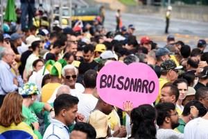 """""""Bolsonaro"""", se lee en un cartel con forma de corazón sostenido por una mujer (EVARISTO SA / AFP)"""