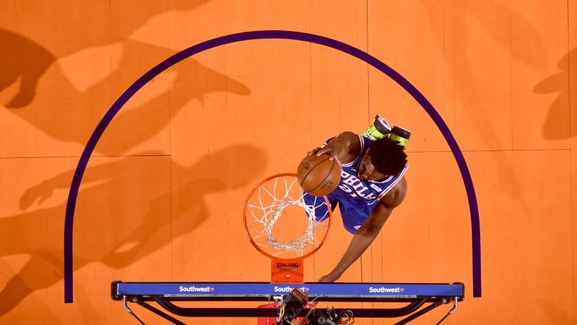 Joel Embiid aportó 42 puntos, 18 rebotes, 3 robos y 2 tapones (AFP)