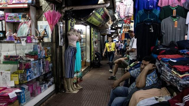 La intensa vida comerciar de Ciudad del Este incluye el contrabando de todo tipo de mercadería, incluida cigarrillos, armas y droga. (Lihue Althabe)