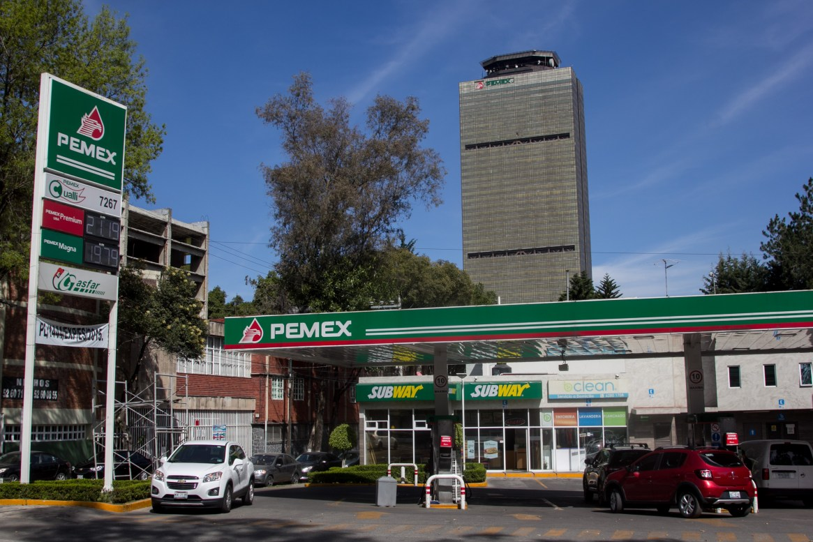 CIUDAD DE MÉXICO, 27DICIEMBRE2018.- Los hidrocarburos se mantienen por encima de los 19 pesos en varias estaciones de servicio de la capital. Esta mañana, el presidente Andrés Manuel López Obrador dio a conocer que se hizo la detención de al menos tres funcionarios por el caso de robo de gasolina (huachicoleo) dentro de Petróleos Mexicanos (PEMEX). FOTO: GALO CAÑAS /CUARTOSCURO.COM