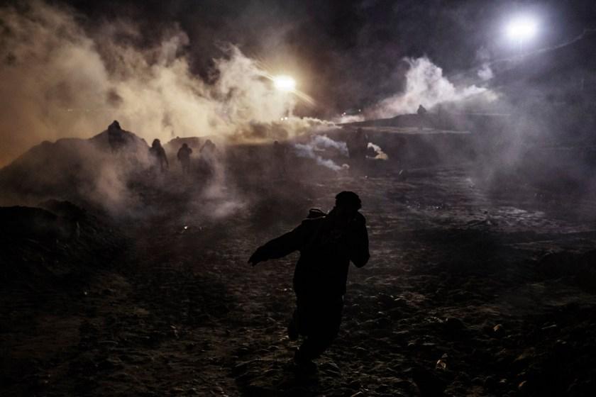 Momento en el que el gas sale con fuerza (Foto AP / Daniel Ochoa de Olza)