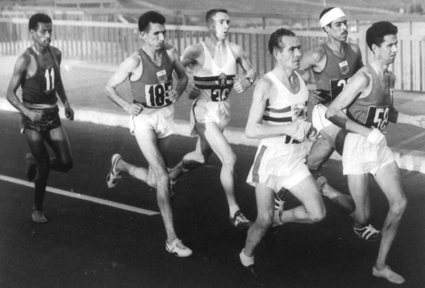Bikila, con el número 11, corriendo descalzo la maratón de Tokio 1960 (GrosbyGroup)