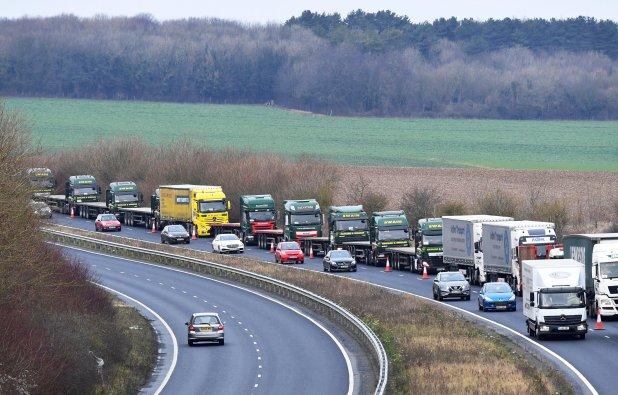 Los camiones desplazaron en convoy por la vía A256 hasta el puerto de Dover, la principal conexión con Francia por mar