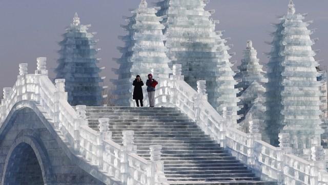 Dos visitantes observan las esculturas de hielo de Harbin desde una escalera congelada