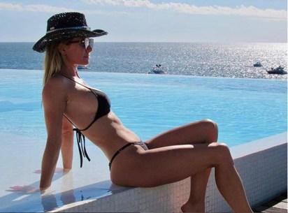 Sofía Zámolo con su sombrero cowboy, sus lentes y su bikini triangulito oscura