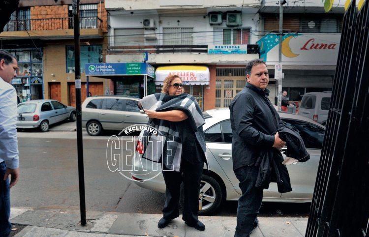 Victoria Eugenia Henao (57, hoy María Isabel Santos Caballero luego del cambio de identidad), y su hijo, Juan Pablo (42, hoy Sebastián Marroquín), cuando fueron a declarar a los Tribunales de Morón. Están procesados por presunto lavado de dinero del narcotráfico.