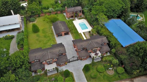 La lujosa yrefinada propiedad se compone de dos casas con diez dormitorios, diez baños, piscina, gimnasio, jacuzzi y lugar para cuatro garages