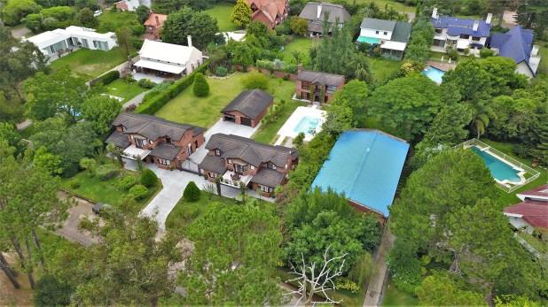 La ex mansión swinger está ubicada en el corazón de un prestigioso barrio de Punta del Este, donde se encuentran las propiedades más caras del balneario