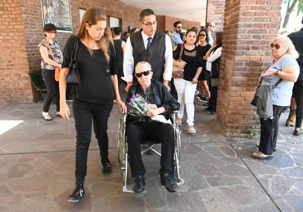 En silla de ruedas, con lentes negros y un ramo de flores, la locutora le dio el último adiós a su hijo