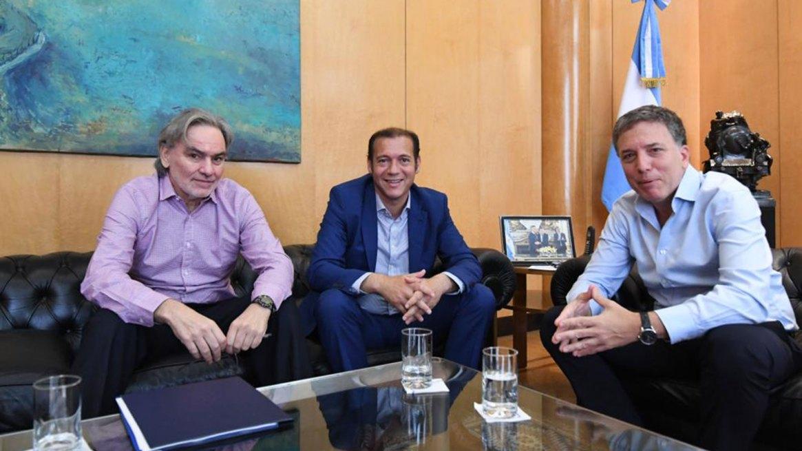 Gustavo Lopetegui y Nicolás Dujovne recibieron al gobernador Omar Gutiérrez antes de que se tome licencia