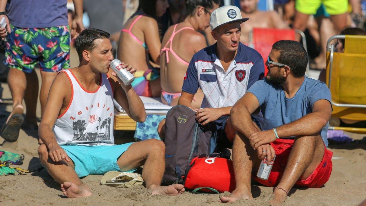La cerveza, la bebida que más se toma en Playa Grande junto con el gin-tonic y el fernet (Christian Heit)