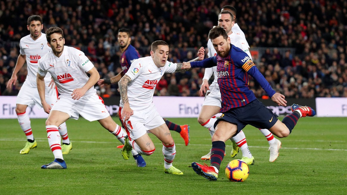 El instante en el que Messi saca el zurdazo para poner el 2-0 parcial en el Camp Nou (REUTERS/Albert Gea)