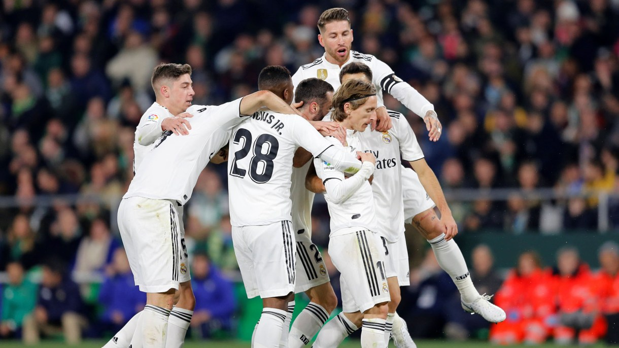 Soccer Football – La Liga Santander – Real Betis v Real Madrid – Estadio Benito Villamarin, Seville, Spain – January 13, 2019  Real Madrid's Luka Modric celebrates with team mates after scoring their first goal   REUTERS/Marcelo Del Pozo