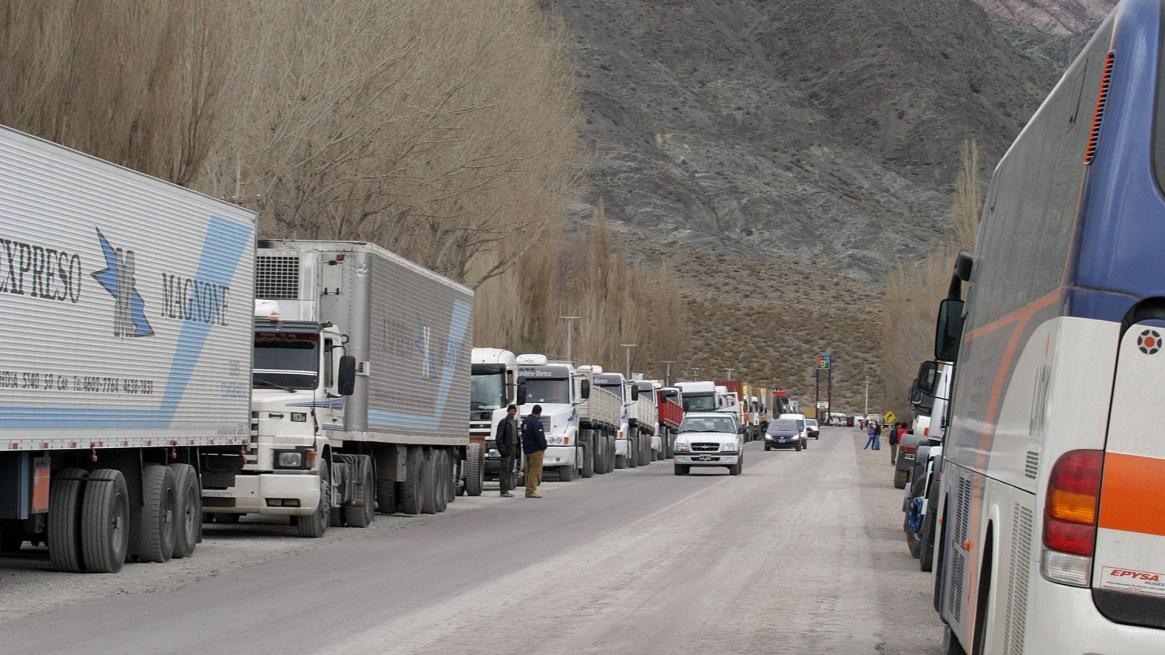 Fila de camiones en el paso Cristo Redentor, en Mendoza, hacia Chile(Foto NA, gentileza Diario Uno)