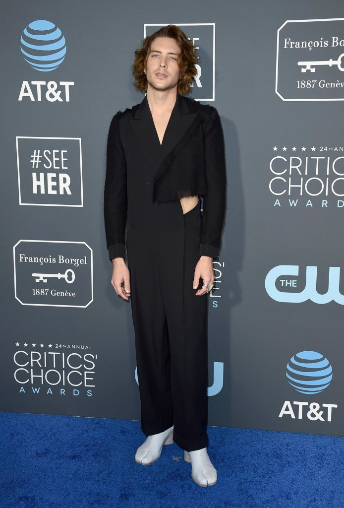 Cody Fern un verdadero look extravagante. Una monoprenda de seda con recortes en las costillas y retazos de otras telas desflecadas. ¿El detalle fashionista? Las botas blancas de cuero con separación de dedos