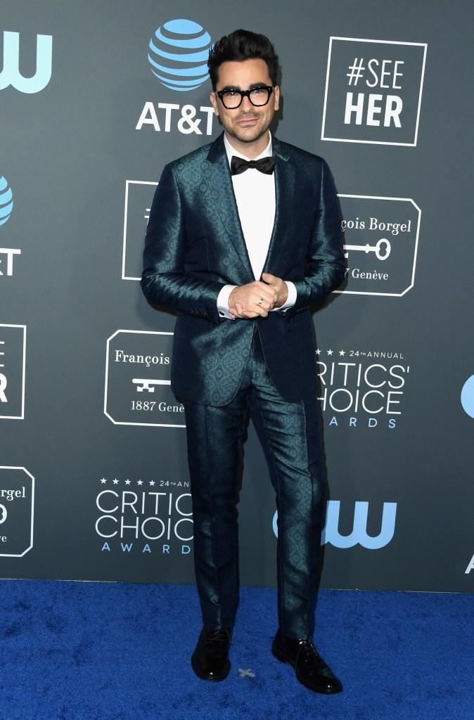 Daniel Levy eligió un esmoquin tramado en color petróleo con camisa blanca, gemelos y moño negro combinados con zapatos acordonados acharolados