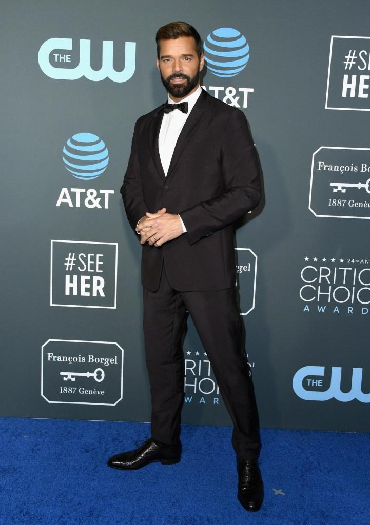Ricky Martin apostó al black tie. Saco, pantalón y moño negro, combinado con camisa blanca y zapatos acordonados de cuero negro