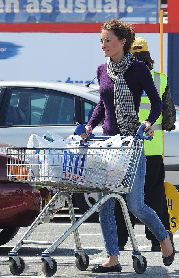 Kate Middleton sorprendió realizando las compras en el supermercado durante las fiestas(BAUER-GRIFFIN/EROTEME.CO.UK)