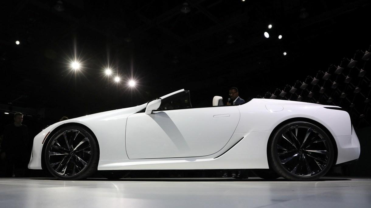 El concepto de Lexus LC convertible se presenta durante un evento en el North American International Auto Show en Detroit, Michigan.(Reuters)