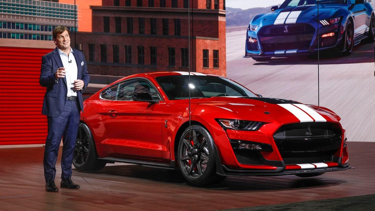 Jim Farley, Vicepresidente Ejecutivo de Ford, revela el Ford Mustang Shelby GT 500 2020 en el Salón Internacional del Automóvil de Norteamérica de 2019 (AFP)