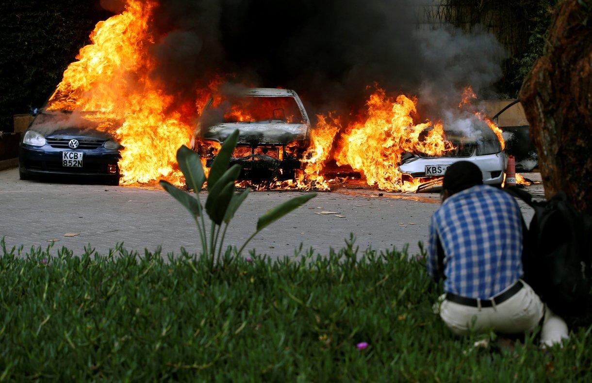 Varios autos quedaron destruidos por las explosiones (REUTERS/Thomas Mukoya)