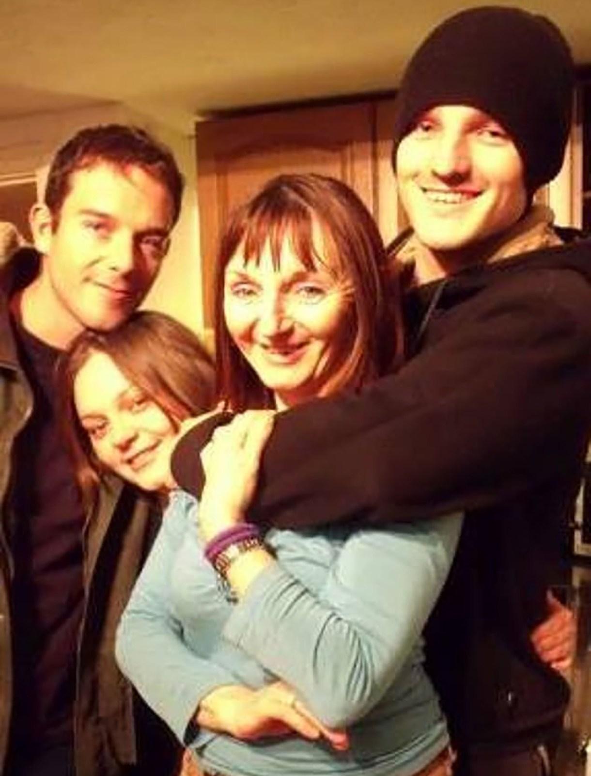 Ronan Sexton (derecha) aparece en la foto abrazando a su madre, y la hermana de Neeson, Bernadette Sexton (segunda desde la derecha)