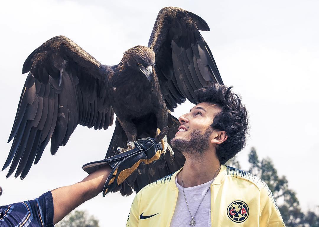 "Sebastián Yatra con ""Celeste"", la mascota del América. (Foto: Instagram, Sebastián Yatra)"
