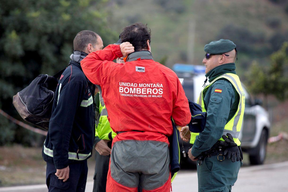 Bomberos de la unidad de montaña conversan con la Guardia Civil, mientras continúan los trabajos del rescate de Julen (EFE/Daniel Pérez)