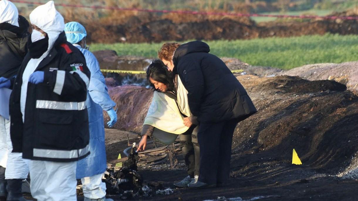 """Peritos y voluntarios trabajan en """"el barrido"""" de la zona, en busca de indicios para la investigación. (Foto: EFE)"""